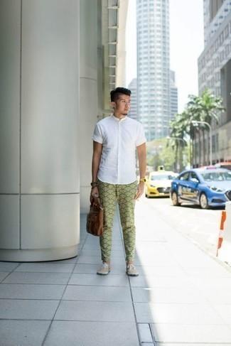 Braune Leder Aktentasche kombinieren: trends 2020: Ein weißes Kurzarmhemd und eine braune Leder Aktentasche sind eine perfekte Outfit-Formel für Ihre Sammlung. Fühlen Sie sich mutig? Komplettieren Sie Ihr Outfit mit hellbeige Segeltuch niedrigen Sneakers.