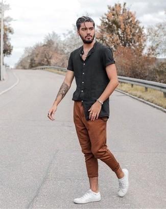 Weiße Segeltuch niedrige Sneakers kombinieren: trends 2020: Kombinieren Sie ein dunkelgraues Kurzarmhemd mit einer rotbraunen Chinohose für ein bequemes Outfit, das außerdem gut zusammen passt. Ergänzen Sie Ihr Look mit weißen Segeltuch niedrigen Sneakers.