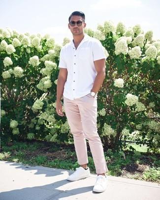 Weiße Segeltuch niedrige Sneakers kombinieren – 1200+ Herren Outfits: Tragen Sie ein weißes Kurzarmhemd und eine rosa Chinohose für ein Alltagsoutfit, das Charakter und Persönlichkeit ausstrahlt. Komplettieren Sie Ihr Outfit mit weißen Segeltuch niedrigen Sneakers.
