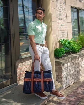 Weiße Chinohose kombinieren – 1200+ Herren Outfits: Entscheiden Sie sich für ein mintgrünes Kurzarmhemd und eine weiße Chinohose für ein großartiges Wochenend-Outfit. Ergänzen Sie Ihr Look mit braunen Leder niedrigen Sneakers.