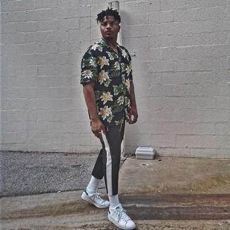 Weiße und grüne Leder niedrige Sneakers kombinieren – 108 Herren Outfits: Paaren Sie ein schwarzes Kurzarmhemd mit Blumenmuster mit einer schwarzen Chinohose für ein sonntägliches Mittagessen mit Freunden. Ergänzen Sie Ihr Look mit weißen und grünen Leder niedrigen Sneakers.