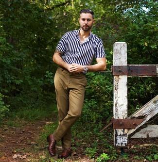 Wie kombinieren: dunkelblaues und weißes vertikal gestreiftes Kurzarmhemd, beige Chinohose, braune Leder Oxford Schuhe, silberne Uhr
