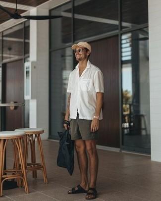 Dunkelgraue Chinohose kombinieren: trends 2020: Kombinieren Sie ein weißes Kurzarmhemd mit einer dunkelgrauen Chinohose für einen bequemen Alltags-Look. Wählen Sie die legere Option mit schwarzen Ledersandalen.