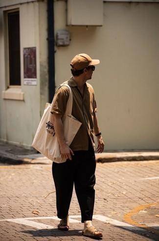 Beige Kurzarmhemd kombinieren – 137 Herren Outfits: Tragen Sie ein beige Kurzarmhemd und eine schwarze Chinohose, um mühelos alles zu meistern, was auch immer der Tag bringen mag. Fühlen Sie sich mutig? Vervollständigen Sie Ihr Outfit mit beige Wildledersandalen.