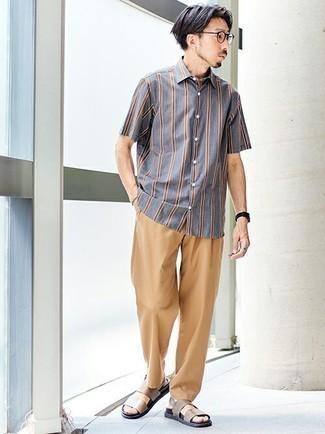 Graues vertikal gestreiftes Kurzarmhemd kombinieren – 20 Herren Outfits: Tragen Sie ein graues vertikal gestreiftes Kurzarmhemd und eine beige Chinohose für ein großartiges Wochenend-Outfit. Fühlen Sie sich ideenreich? Vervollständigen Sie Ihr Outfit mit braunen Ledersandalen.