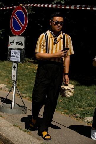 Schwarzen Hosenträger kombinieren – 81 Herren Outfits: Ein rotbraunes vertikal gestreiftes Kurzarmhemd und ein schwarzer Hosenträger vermitteln eine sorglose und entspannte Atmosphäre. Fühlen Sie sich mutig? Wählen Sie schwarzen Segeltuchsandalen.