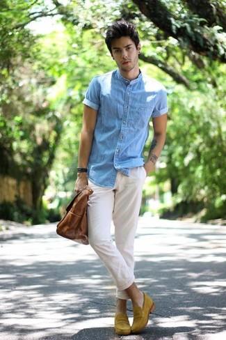 Wie kombinieren: hellblaues Jeans Kurzarmhemd, weiße Chinohose, senf Wildleder Slipper, braune Shopper Tasche aus Leder