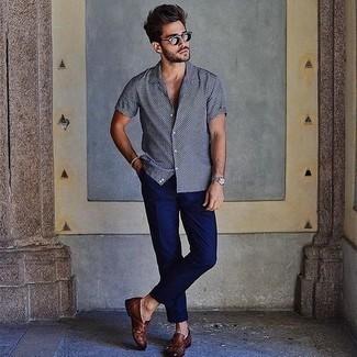Herren Outfits & Modetrends 2020: Vereinigen Sie ein schwarzes und weißes gepunktetes Kurzarmhemd mit einer dunkelblauen Chinohose für ein Alltagsoutfit, das Charakter und Persönlichkeit ausstrahlt. Ergänzen Sie Ihr Outfit mit braunen geflochtenen Leder Slippern, um Ihr Modebewusstsein zu zeigen.