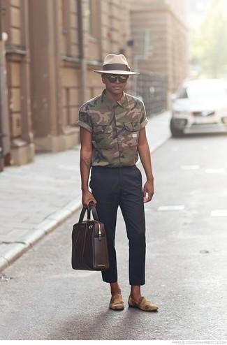 Herren Outfits & Modetrends 2020: Erwägen Sie das Tragen von einem olivgrünen Camouflage Kurzarmhemd und einer dunkelblauen Chinohose für ein sonntägliches Mittagessen mit Freunden. Entscheiden Sie sich für beige bedruckten Segeltuch Slipper, um Ihr Modebewusstsein zu zeigen.