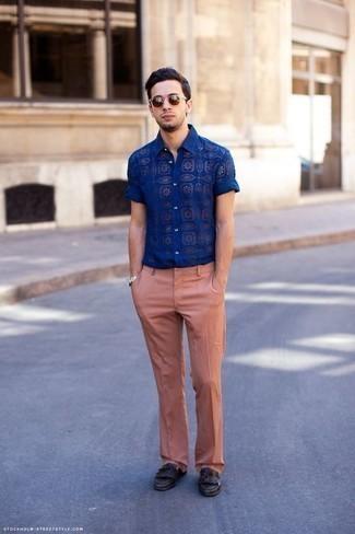 Braune Sonnenbrille kombinieren: trends 2020: Für ein bequemes Couch-Outfit, entscheiden Sie sich für ein blaues bedrucktes Kurzarmhemd und eine braune Sonnenbrille. Ergänzen Sie Ihr Outfit mit dunkelbraunen Leder Slippern mit Fransen, um Ihr Modebewusstsein zu zeigen.