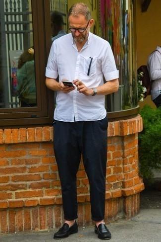 50 Jährige: Smart-Casual Outfits Herren 2021: Erwägen Sie das Tragen von einem weißen Kurzarmhemd, um einen lockeren, aber dennoch stylischen Look zu erhalten.