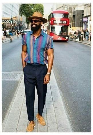 Dunkelblaue Chinohose kombinieren – 1200+ Herren Outfits: Entscheiden Sie sich für ein blaues vertikal gestreiftes Kurzarmhemd und eine dunkelblaue Chinohose für ein Alltagsoutfit, das Charakter und Persönlichkeit ausstrahlt. Beige Wildleder Slipper putzen umgehend selbst den bequemsten Look heraus.