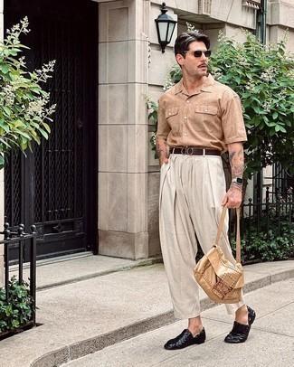 Beige Kurzarmhemd kombinieren – 265 Herren Outfits: Erwägen Sie das Tragen von einem beige Kurzarmhemd und einer weißen Chinohose für einen bequemen Alltags-Look. Fühlen Sie sich ideenreich? Ergänzen Sie Ihr Outfit mit schwarzen geflochtenen Leder Slippern.