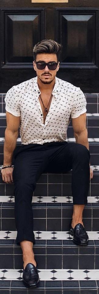 30 Jährige: Weißes und blaues bedrucktes Kurzarmhemd kombinieren: trends 2020: Vereinigen Sie ein weißes und blaues bedrucktes Kurzarmhemd mit einer schwarzen Chinohose für ein bequemes Outfit, das außerdem gut zusammen passt. Schwarze Leder Slipper mit Quasten sind eine einfache Möglichkeit, Ihren Look aufzuwerten.