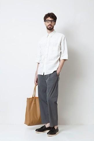 Dunkelgraue Chinohose kombinieren – 500+ Herren Outfits: Tragen Sie ein weißes vertikal gestreiftes Kurzarmhemd und eine dunkelgraue Chinohose für ein Alltagsoutfit, das Charakter und Persönlichkeit ausstrahlt. Fühlen Sie sich mutig? Wählen Sie schwarzen Leder Slipper mit Quasten.