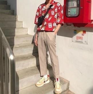 Rotes bedrucktes Kurzarmhemd kombinieren – 52 Herren Outfits: Erwägen Sie das Tragen von einem roten bedruckten Kurzarmhemd und einer beige Chinohose, um einen lockeren, aber dennoch stylischen Look zu erhalten. Fühlen Sie sich ideenreich? Ergänzen Sie Ihr Outfit mit hellbeige Sportschuhen.