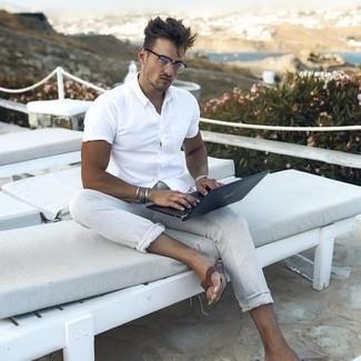 Zehensandalen kombinieren – 129 Herren Outfits: Kombinieren Sie ein weißes Kurzarmhemd mit einer grauen Leinen Chinohose für ein Alltagsoutfit, das Charakter und Persönlichkeit ausstrahlt. Suchen Sie nach leichtem Schuhwerk? Vervollständigen Sie Ihr Outfit mit Zehensandalen für den Tag.