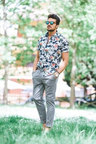 Wie kombinieren: dunkelblaues Kurzarmhemd mit Blumenmuster, graue Chinohose, grüne Sonnenbrille, hellbeige Lederuhr