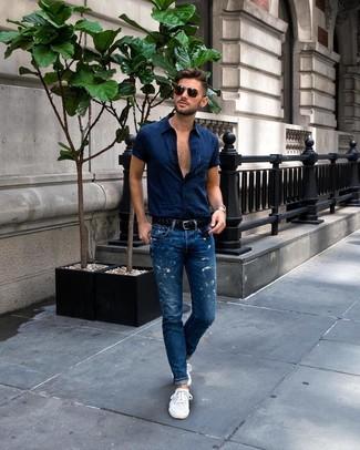 Schwarzen geflochtenen Ledergürtel kombinieren: Tragen Sie ein dunkelblaues Kurzarmhemd und einen schwarzen geflochtenen Ledergürtel für einen entspannten Wochenend-Look. Fühlen Sie sich ideenreich? Komplettieren Sie Ihr Outfit mit weißen niedrigen Sneakers.