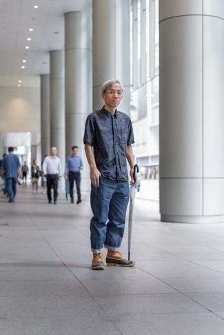 Mode für Herren ab 40 2020: Erwägen Sie das Tragen von einem dunkelblauen bedruckten Kurzarmhemd und blauen Jeans für ein sonntägliches Mittagessen mit Freunden. Fühlen Sie sich mutig? Wählen Sie beige Winterschuhe.