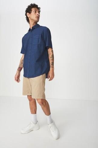Wie kombinieren: dunkelblaues Kurzarmhemd, beige Shorts, weiße Leder niedrige Sneakers, weiße Socken
