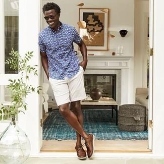 Herren Outfits 2021: Tragen Sie ein dunkelblaues bedrucktes Kurzarmhemd und weißen Shorts, um mühelos alles zu meistern, was auch immer der Tag bringen mag. Braune geflochtene Leder Derby Schuhe putzen umgehend selbst den bequemsten Look heraus.