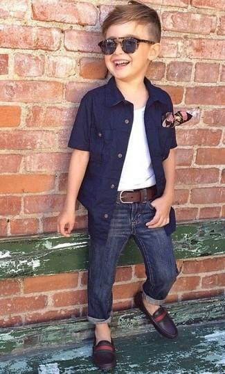 Wie kombinieren: dunkelblaues Kurzarmhemd, weißes Trägershirt, dunkelblaue Jeans, dunkelbraune Leder Slipper