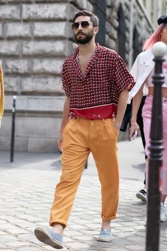 Espadrilles kombinieren – 326 Herren Outfits: Paaren Sie ein dunkelrotes bedrucktes Kurzarmhemd mit einer rotbraunen Chinohose für ein Alltagsoutfit, das Charakter und Persönlichkeit ausstrahlt. Ergänzen Sie Ihr Look mit Espadrilles.