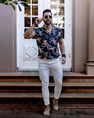 Wie kombinieren: schwarzes Kurzarmhemd mit Blumenmuster, weiße enge Jeans, hellbeige Wildleder Derby Schuhe, schwarze Sonnenbrille