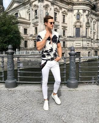 Wie kombinieren: weißes und schwarzes Kurzarmhemd mit Blumenmuster, weiße enge Jeans, weiße Leder niedrige Sneakers, schwarzer Bandana