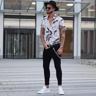 Weißes Kurzarmhemd mit Blumenmuster kombinieren: trends 2020: Vereinigen Sie ein weißes Kurzarmhemd mit Blumenmuster mit schwarzen engen Jeans für einen entspannten Wochenend-Look. Schalten Sie Ihren Kleidungsbestienmodus an und machen weißen Leder niedrige Sneakers zu Ihrer Schuhwerkwahl.