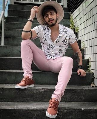 Weißes Kurzarmhemd mit Blumenmuster kombinieren: trends 2020: Ein weißes Kurzarmhemd mit Blumenmuster und rosa enge Jeans vermitteln eine sorglose und entspannte Atmosphäre. Machen Sie Ihr Outfit mit braunen Leder niedrigen Sneakers eleganter.