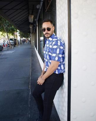 Wie kombinieren: blaues bedrucktes Kurzarmhemd, dunkelblaue enge Jeans, dunkelblaue Wildleder niedrige Sneakers, schwarze Sonnenbrille