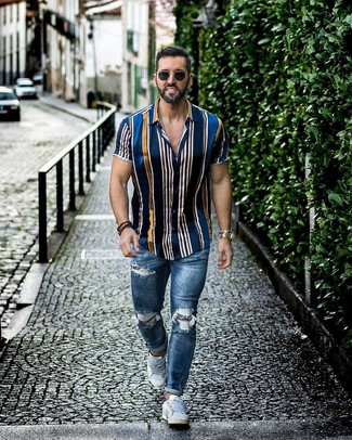 Wie kombinieren: dunkelblaues vertikal gestreiftes Kurzarmhemd, blaue enge Jeans mit Destroyed-Effekten, weiße niedrige Sneakers, schwarze Sonnenbrille