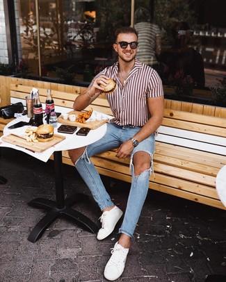 Wie kombinieren: weißes und rotes vertikal gestreiftes Kurzarmhemd, hellblaue enge Jeans mit Destroyed-Effekten, weiße Leder niedrige Sneakers, dunkelbraune Sonnenbrille