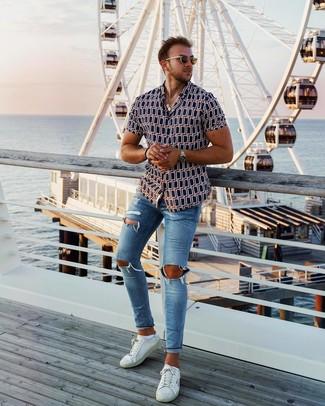 Blaue enge Jeans mit Destroyed-Effekten kombinieren: Ein dunkelblaues bedrucktes Kurzarmhemd und blaue enge Jeans mit Destroyed-Effekten sind eine ideale Outfit-Formel für Ihre Sammlung. Fühlen Sie sich ideenreich? Komplettieren Sie Ihr Outfit mit weißen Leder niedrigen Sneakers.