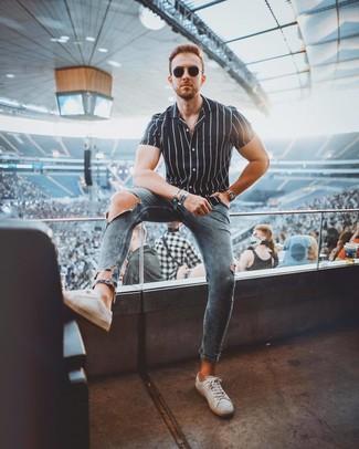 Wie kombinieren: schwarzes und weißes vertikal gestreiftes Kurzarmhemd, blaue enge Jeans mit Destroyed-Effekten, weiße Leder niedrige Sneakers, schwarze Sonnenbrille