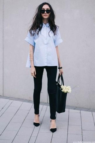 Wie kombinieren: hellblaues Kurzarmhemd, schwarze enge Jeans mit Destroyed-Effekten, schwarze Wildleder Pumps, schwarze Shopper Tasche aus Leder