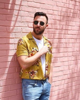 Wie kombinieren: gelbes Kurzarmhemd mit Blumenmuster, weißes T-Shirt mit einem Rundhalsausschnitt, hellblaue Jeans, schwarze Sonnenbrille