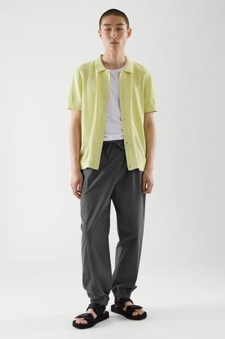 Dunkelgraue Chinohose kombinieren – 500+ Sommer Herren Outfits: Vereinigen Sie ein gelbgrünes Kurzarmhemd mit einer dunkelgrauen Chinohose für ein Alltagsoutfit, das Charakter und Persönlichkeit ausstrahlt. Fühlen Sie sich ideenreich? Entscheiden Sie sich für schwarzen Segeltuchsandalen. Der Look ist mega und passt super zum Sommer.