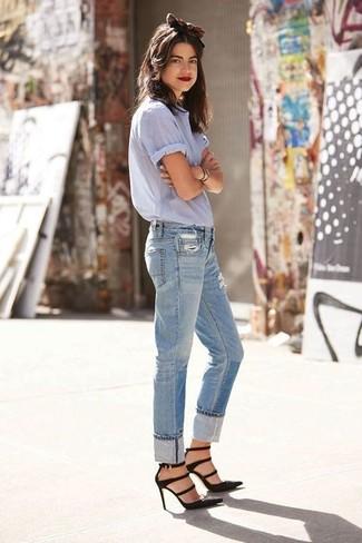 Wie kombinieren: hellblaues Kurzarmhemd, hellblaue Boyfriend Jeans mit Destroyed-Effekten, schwarze Wildleder Pumps, braunes Haarband