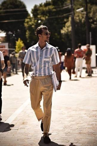 Mode für Herren ab 30 2020: Kombinieren Sie ein hellblaues vertikal gestreiftes Kurzarmhemd mit einer beige Chinohose für ein Alltagsoutfit, das Charakter und Persönlichkeit ausstrahlt. Fühlen Sie sich mutig? Ergänzen Sie Ihr Outfit mit dunkelbraunen Wildleder Slippern.