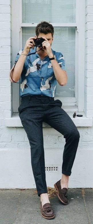 Herren Outfits & Modetrends 2020: Kombinieren Sie ein hellblaues bedrucktes Kurzarmhemd mit einer dunkelgrauen Wollchinohose für ein bequemes Outfit, das außerdem gut zusammen passt. Entscheiden Sie sich für dunkelbraunen Wildleder Slipper mit Quasten, um Ihr Modebewusstsein zu zeigen.