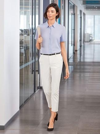 Wie kombinieren: hellblaues Kurzarmhemd, weiße enge Hose, schwarze Wildleder Pumps, schwarzer Ledergürtel