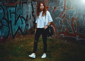 Wie kombinieren: hellblaues Kurzarmhemd, schwarze enge Jeans mit Destroyed-Effekten, weiße niedrige Sneakers, schwarze Leder Beuteltasche