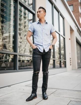 Schwarze Jeans mit Destroyed-Effekten kombinieren: trends 2020: Kombinieren Sie ein hellblaues vertikal gestreiftes Kurzarmhemd mit schwarzen Jeans mit Destroyed-Effekten für einen entspannten Wochenend-Look. Entscheiden Sie sich für schwarzen Chelsea Boots aus Leder, um Ihr Modebewusstsein zu zeigen.