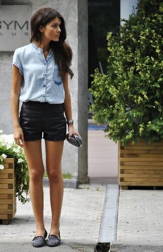 Wie kombinieren: hellblaues Kurzarmhemd, schwarze Ledershorts, schwarze beschlagene Wildleder Slipper, schwarze beschlagene Leder Clutch