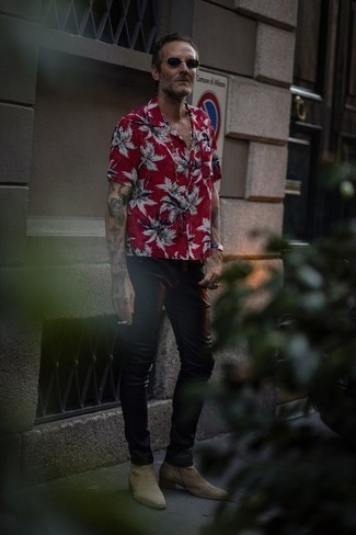 40 Jährige: Wie beige Chelsea Boots aus Wildleder mit schwarzer Jeans zu kombinieren – 1 Herren Outfits: Die Kombination von einem roten bedruckten Kurzarmhemd und schwarzen Jeans erlaubt es Ihnen, Ihren Freizeitstil klar und einfach zu halten. Entscheiden Sie sich für beige Chelsea Boots aus Wildleder, um Ihr Modebewusstsein zu zeigen.