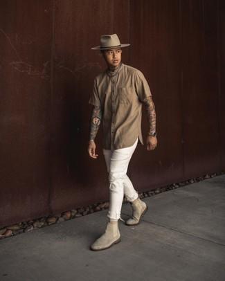 Beige Kurzarmhemd kombinieren – 265 Herren Outfits: Für ein bequemes Couch-Outfit, kombinieren Sie ein beige Kurzarmhemd mit weißen Jeans mit Destroyed-Effekten. Vervollständigen Sie Ihr Outfit mit grauen Chelsea Boots aus Wildleder, um Ihr Modebewusstsein zu zeigen.