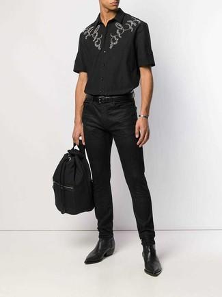 Wie kombinieren: schwarzes besticktes Kurzarmhemd, schwarze Jeans, schwarze Chelsea-Stiefel aus Leder, schwarzer Segeltuch Rucksack